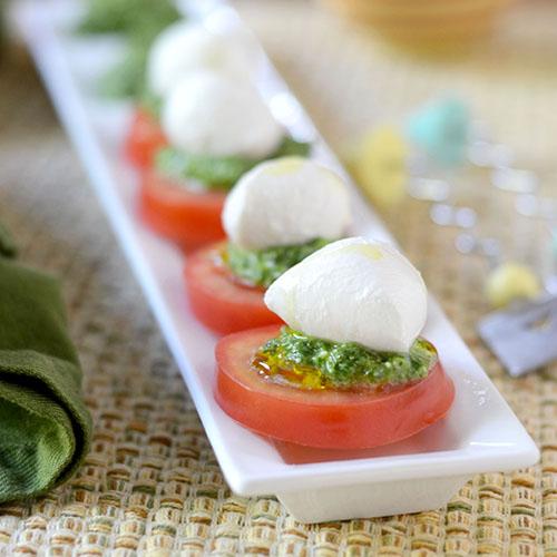 pesto, olive oil, pesto, tomatoes, mozzarella, salt & pepper, parmesan, garlic, tuesday tip, how to