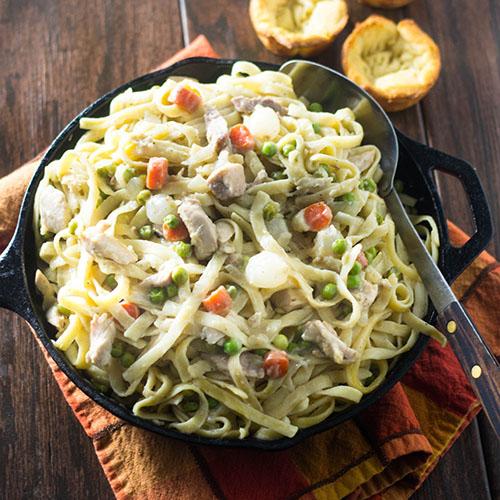 Chicken Pot Pie Pasta #comfortfood #pasta #potpie | feedyoursoul2.com