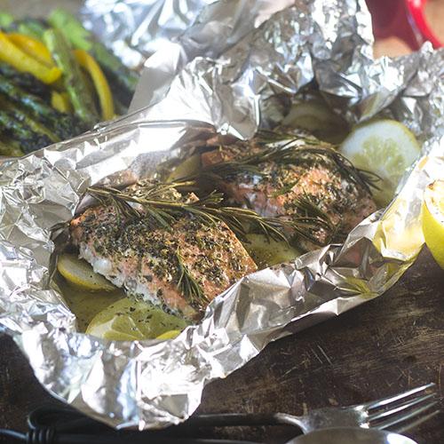 Lemon Rosemary Salmon Foil Packet #seafood #campfirefood #glutenfree | feedyoursoul2.com