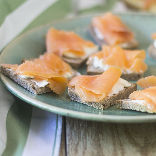 Salmon Cream Cheese GF Toast Points #glutenfree #seafood #Smokedsalmon #bread | feedyoursoul2.com