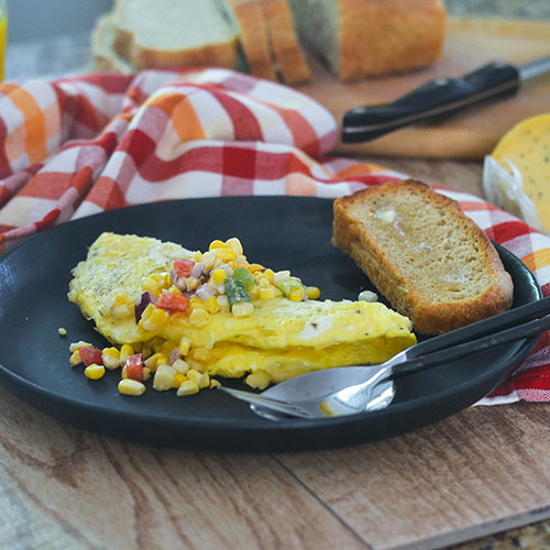Hatch Chili Cheese Omelet with Corn Salsa #Omelet #glutenfree #breakfast #eggs | feedyoursoul2.com