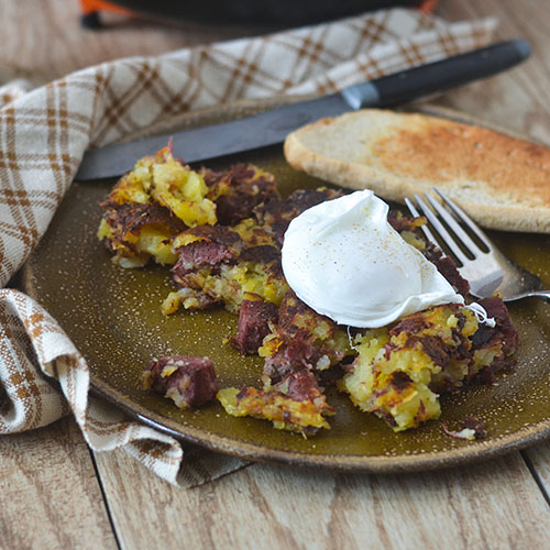 Corned Beef Hash Topped with Poached Egg #breakfast #eggs #cornedbeef #glutenfree | feedyoursoul2.com