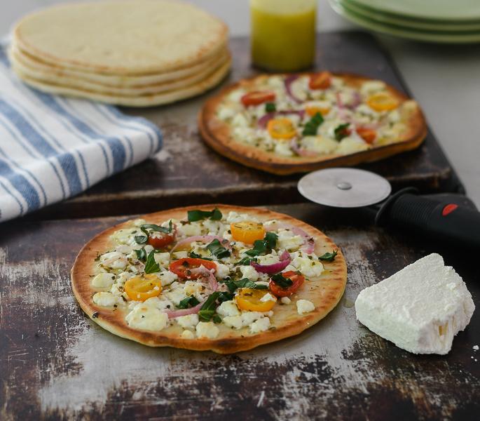 Easy Feta Pita Pizzas l #pizzas #easy #feta | feedyoursoul2.com